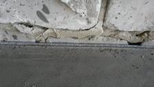 устройство примыкания стяжки к стене через демпферную прокладку